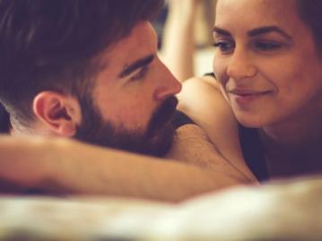 pareja-joven-cama-c_0